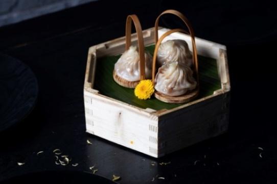 steamed-xiaolong-bao-with-chrysanthemum-flower-01.jpg