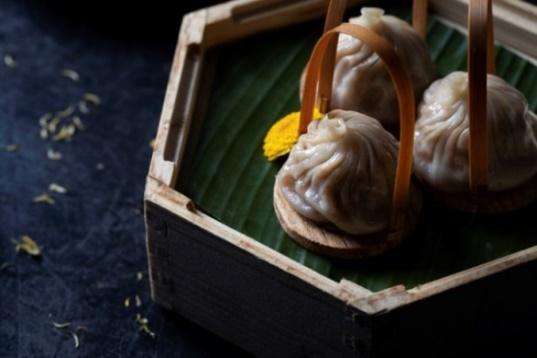 steamed-xiaolong-bao-with-chrysanthemum-flower-02.jpg