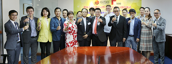 環球電視有限公司與M800有限公司眾人為簽約儀式圓滿結束進行祝酒儀式