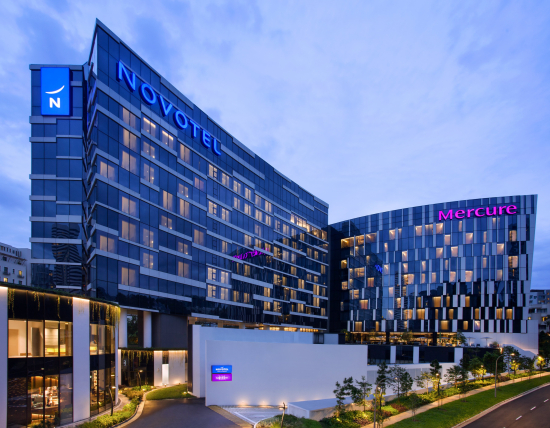 novotel-mercure-on-stevens-facade-by-night.jpg